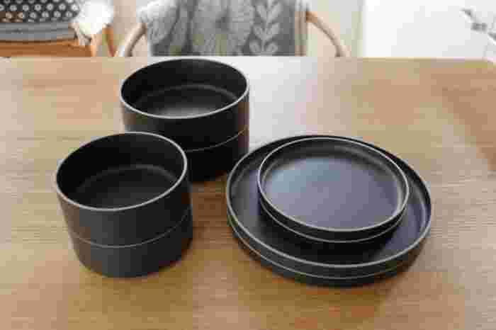 黒いお皿はほかのカラーのお皿よりも質感を感じやすいお皿です。ざらりとしていたり、なめらかだったり、マットだったりといろいろな質感を楽しんでみることができます。
