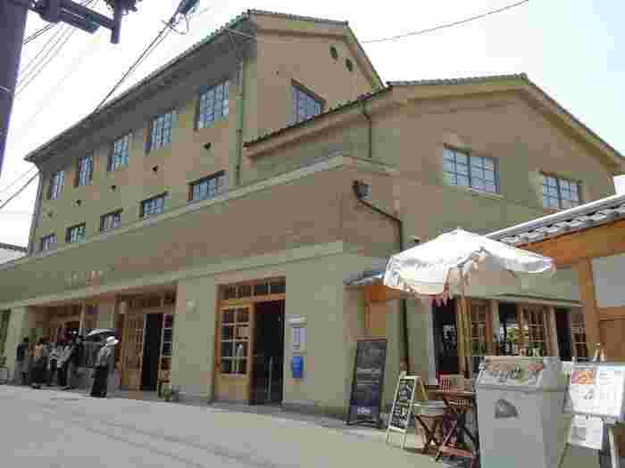 """倉敷生活デザインマーケット「林源十郎商店」は、かつての日本人が大切に育み、守り抜いてきた""""豊かな暮らし""""あり方を探求する場として、2012年にスタートした、今最も注目を集める商業複合施設です。""""林源十郎""""は、江戸時代から続く、倉敷の薬種問屋の第11代当主。大原孫三郎に、多大な影響を与えた人物として知られています。昭和25年に「株式会社林源十郎商店」をここに設立しました。現在の「林源十郎商店」は、前身の商家を改装したものです。"""