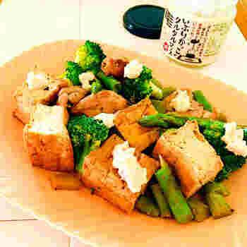 合わせ調味料に漬けおきしておいた鶏肉を厚揚げやお好みの野菜で炒めて、仕上げにいぶりがっこのタルタルソースを添えて。レシピでは、リンゴ醤油を使っていますが、通常の醤油で代用してもOKです。濃厚なタルタルソースの旨味はやみつきの美味しさですよ。