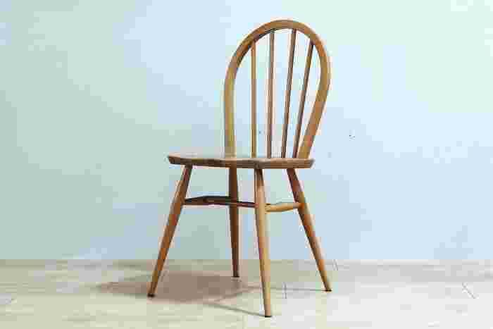 イギリスの老舗家具メーカー、アーコール社のウインザーチェアです。アーコール社の定番中の定番な椅子なので、ご存じの方も多くいらっしゃるのではないでしょうか?現行でも販売されていますが、背もたれのスポークが4本のものは現在のモデルにはないためヴィンテージならではのデザインとなっています。