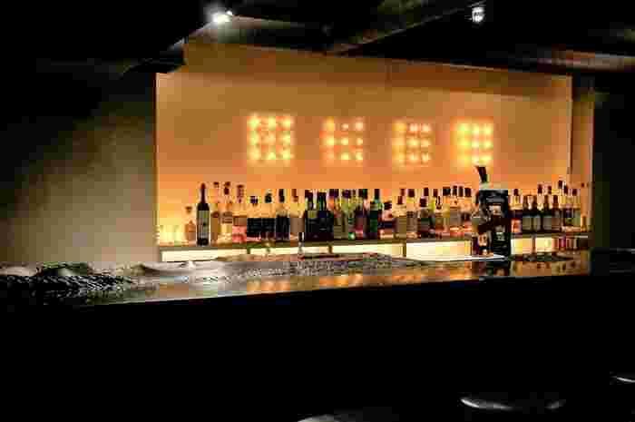 穏やかな灯りが印象的な店内では、ひとりでゆっくりとお酒を楽しんだりデートで訪れる方も多いんですよ。重厚な黒大理石のカウンターは、まるで大地のよう。