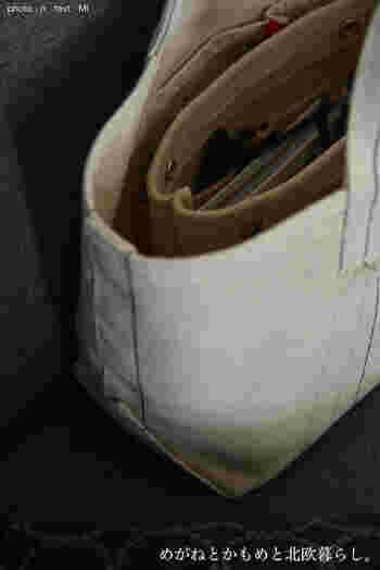 愛用されているレアジェムのバッグにはシンプルなフェルトのバッグインバッグを入れて。バッグとカラーを合わせているので、とてもすっきりと見えますね。