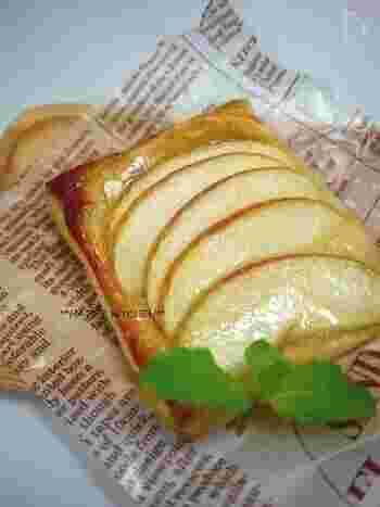「アップルパイはすきだけど、食べてる間に飽きちゃう・・・」という方、必見。  このアップルパイは、先ほど同様、薄切りのりんごを生のままつかうレシピですが・・・パイ生地とりんごの間に「カマンベールチーズ」を挟むのがポイント♪  ほどよい塩気がアクセントになって、ペロリとたいらげてしまうはずです。