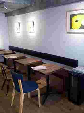 カウンター4席、テーブル10席。画像では見えませんが、アルヴァ・アアルトによる「66チェア」「69チェア」など、敢えてミスマッチさせた椅子が楽しい。