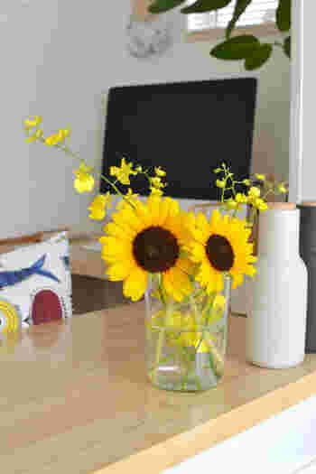 「ひまわり」は代表的な夏の花。見る人に元気を与える、エネルギーあふれる花でもあります。暑さに少しバテ気味な人も「ひまわり」を飾れば元気が湧いてくるかもしれませんね。