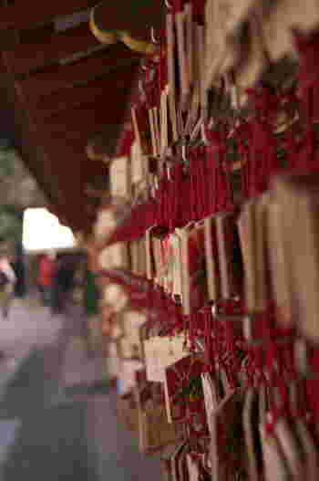 """""""学問の神様""""の菅原道真が祀られているため、毎年多くの受験生が訪れます。絵馬掛け所には、受験生が合格祈願した絵馬で溢れています。"""