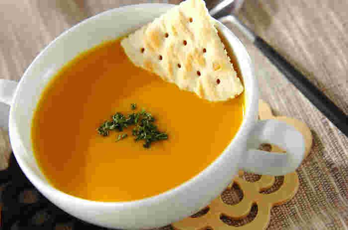 かぼちゃを使った汁ものレシピは、ほっこり懐かしい味わいを楽しめるのが魅力。かぼちゃと玉ねぎの甘みが効いた、優しい味わいのかぼちゃポタージュ。クラッカーやパンを添えて、休日のブランチにも◎