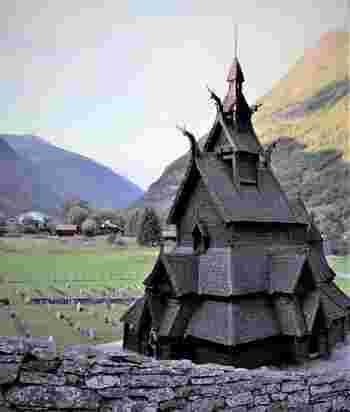 『ヨーロッパの教会』という一般的なイメージとはだいぶ違うユニークなデザインですが、1200年に釘やネジを一切使わずに建てられた歴史的建築物なんです。ヴァイキングの高度な木工造船技術の賜物なのだそう。日本にも歴史ある木造建築は多々ありますが、ノルウェーのものは絵本の中に出てきそうな独特の雰囲気ですよね。