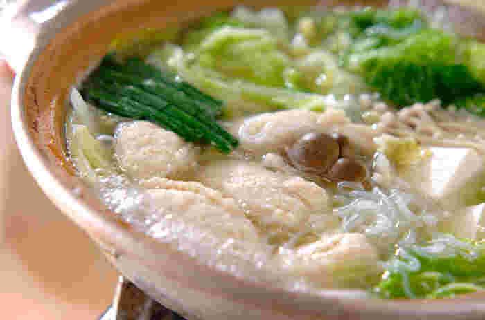 チキンスープの素とお酒、お水で作るあっさりスープが美味しいチキンボール鍋。長芋で作るつけダレも絶品です。シメは塩や醤油を加えてラーメンにするのもおすすめです。
