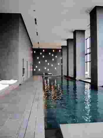 都内最大級のスパ&フィットネスエリア「アマン・スパ」のプール。プールサイドには気持ちのよいベッドまでついています。ついつい気持ちよくて眠ってしまいそうですね。