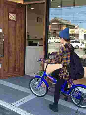 鮮やかなブルーの自転車が、ニット帽とリンクしておしゃれ。リュックサックで軽快に町を行きましょう。