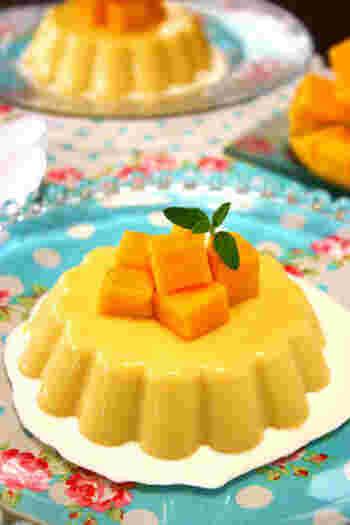 マンゴーピューレに牛乳と生クリームをプラスして作るとってもクリーミーなマンゴープリン。カットしたマンゴーを上に乗せればおもてなしにも喜ばれる一品になりますよ。