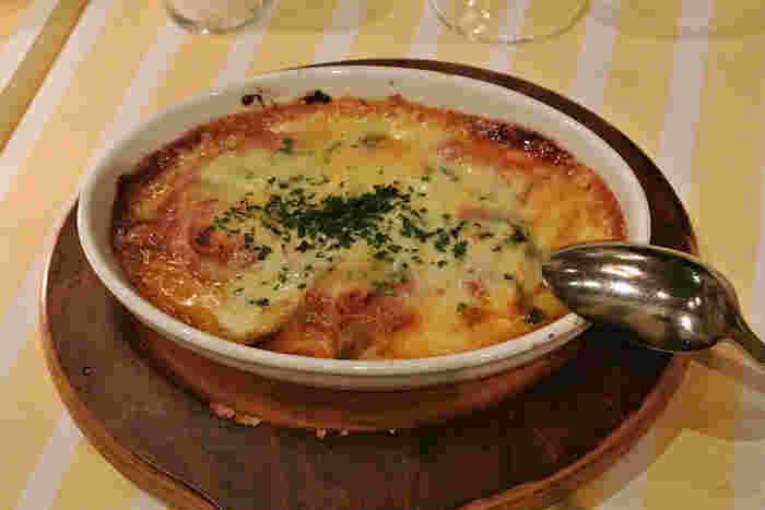 チーズがとろりと香ばしい茄子とチーズのオーブン焼き。やわらかくとろけた茄子に、コクのあるチーズがからみます。