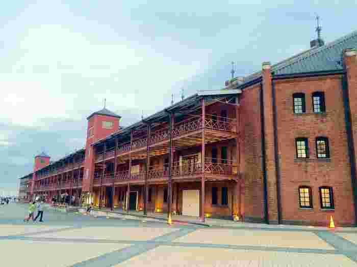 桜木町駅やみなとみらい駅から歩いて15分ほどのところにある赤レンガ倉庫。誰もが知る有名スポットの中に「bills」はあります。