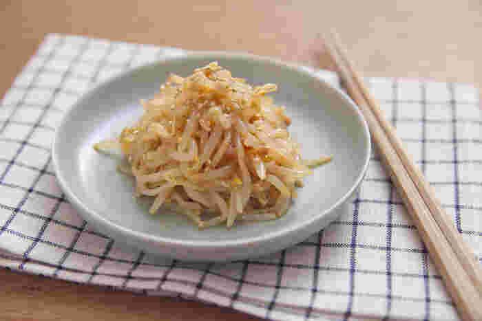 もやしをレンジでチンしたら、ナムル液に合わせるだけの簡単なのに美味しいもやしのピリ辛ナムル。ご飯にかけてどんぶりにしても美味しく、とっても経済的です。