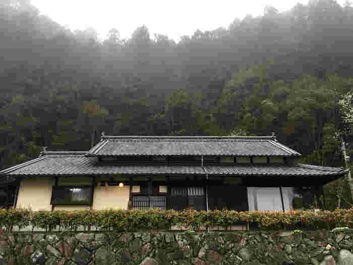 こちらは町並みから少し離れた車で20分弱ほどの場所、石畳地区。水車があったり、屋根付きの橋があったり、日本の農村の原風景のような懐かしさに溢れています。ここにある「石畳の宿」は、古民家を移築・改築してできたお宿です。