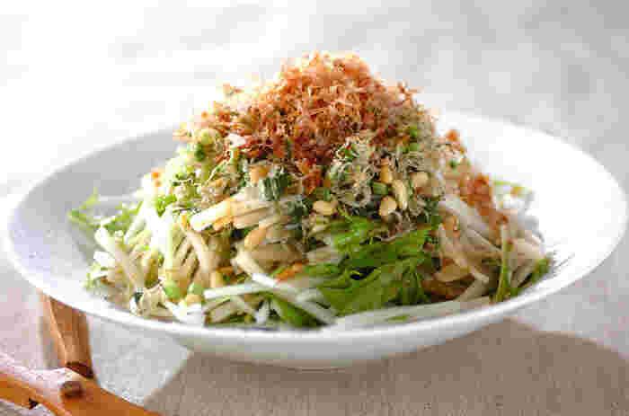 大根や水菜、ジャコに松の実と、鰹節とカルシウムとビタミンCが一気に取れる万能レシピ。お豆腐に合わせても◎なシャキシャキ美味しいレシピです。