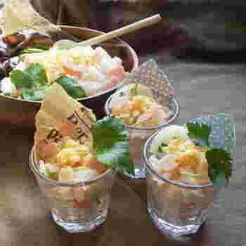 混ぜちらしを作って、ショットグラスに詰めていくだけ。超簡単な時短ちらし寿司です。パーティーの人数が多いときなどにもいいですね。