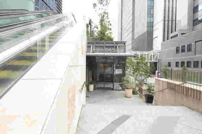 御茶ノ水駅から徒歩3分、ワテラスタワー2階にある「cafe 104.5」は、ブルーノート東京が手掛けたお店です。