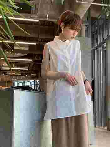 ノースリーブのロング丈シャツ。お尻まですっぽり隠れるシャツは、Iラインのスカートも柔らかい印象に見せてくれます。仕上げは、アクセサリーでコーデにスパイスを加えましょう!
