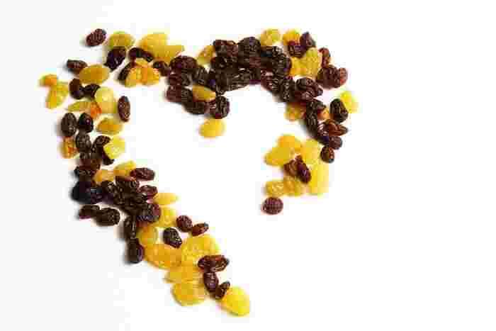 ラムレーズンによく使われるのは「カルフォルニアレーズン」ですが、気分や用途によって、レーズンを変えてみるのもおすすめです。中でも「グリーンレーズン」と「サルタナレーズン」は人気の品種です。  ■グリーンレーズン 名前の通り綺麗なグリーンの粒は、甘さ控えめのやや酸味の効いた味わいになります。 ■サルタナレーズン 粒の色合いは明るく、しっかりとした甘みで柔らかめのラムレーズンができあがります。