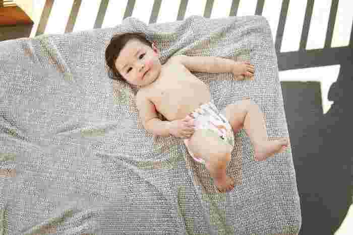 日本で販売されているベビーベッドは、厳しい検査をクリアしたものだけで、しっかり安全面の保証がされています。ベビーベッドのDIYはこうした検査や安全の保証がなく、赤ちゃんの重さや衝撃に耐えきれず壊れてケガをしたり、赤ちゃんが有害な物質を口に入れる原因となる可能性もあるため、おすすめはできません。もしDIYや手作りをする場合は、こうした危険があることに十分注意した上で、強度に十分気をつける、ケガをしないよう角を削ったりやすりがけをする、赤ちゃんにも優しい塗料を使う…などの配慮を行いましょう。