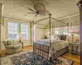 毎晩、ホテルの豪華な部屋に泊まることができれば幸せだけど、そう簡単には毎晩泊まれませんよね。だったら、寝室をこんな風にホテル風にコーディネートするのもアリです。高級なベッドやソファを揃えなくても、自分好みの寝具やソファカバーを用意すれば、あっというまに憧れの空間に!