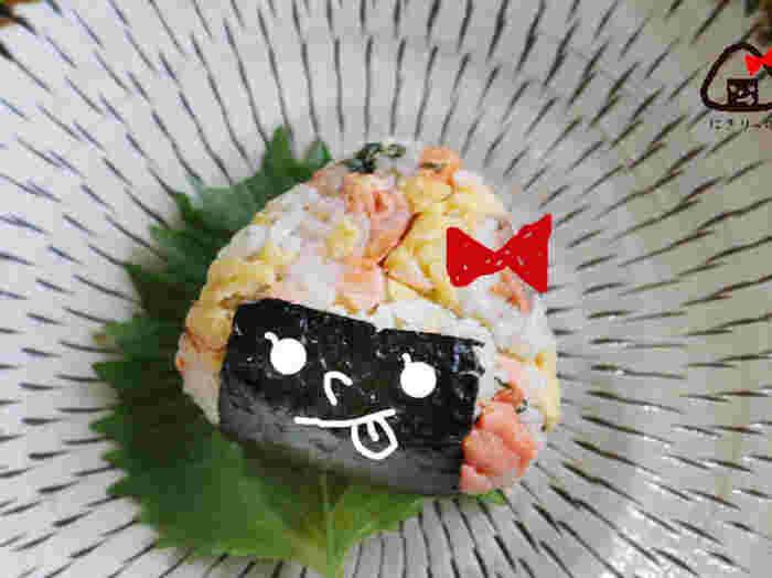 焼き鮭の身をほぐして、炒り卵とほかの具や調味料を混ぜ合わせてにぎります。家庭にあることが多い具材ですので、このごちそうおにぎりなら、スグにでも真似できるかも。ぜひお試しください♪
