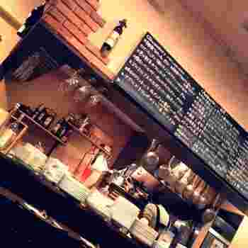 気取る必要の無い、明るくて陽気な雰囲気の店内。 「イル ビッライオ」は、イタリア語でビールの醸造所のこと。