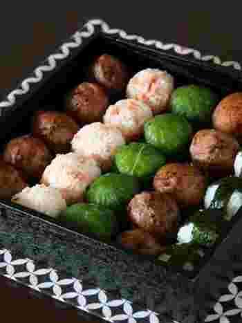肉巻きや、野沢菜、鮭とお花見弁当には持ってこいの彩り鮮やかなおにぎりレシピです。