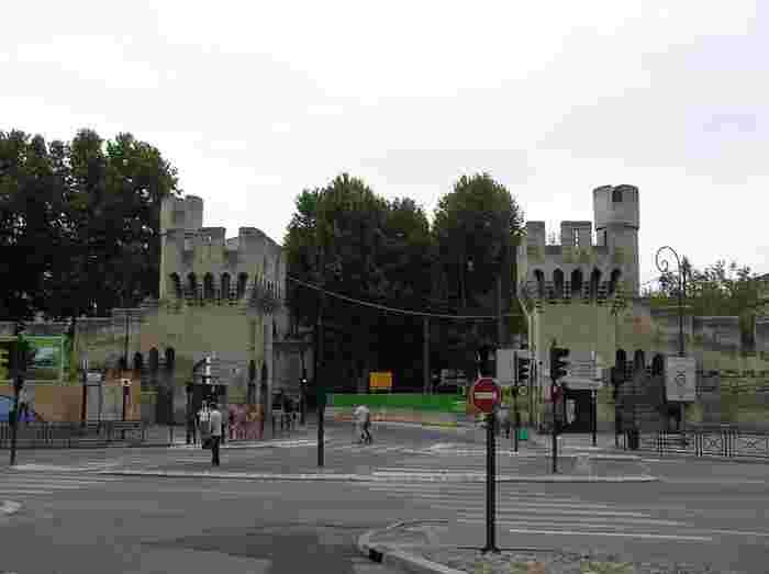 レピュブリック門は、旧市街をぐるりと取り囲む城壁の最南端に位置する門で、アヴィニョン・サントル駅のすぐ北側に位置しています。重厚感ある城門は、魅惑的な街、アヴィニョン旧市街へ私たち観光客を迎え入れています。