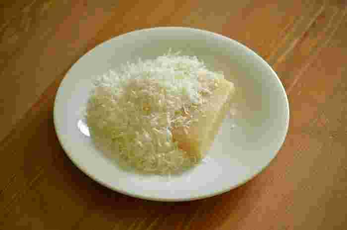 日本では「パルメザンチーズ」と呼ばれ、粉チーズになって販売されていることが多いです。多く流通しているチーズに思えますが、本場イタリアでは貴重なチーズで、本来のパルミジャーノレッジャーノは高級チーズなのです。