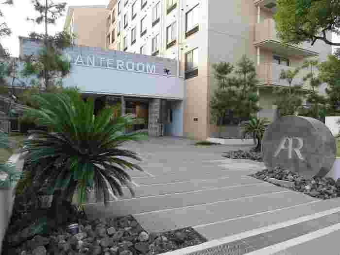 京都駅の南側に位置する専修学校をリノベートして生まれたのが、「ホテル アンテルーム 京都(HOTEL ANTEROOM KYOTO)」。館内には、宿泊スペースのほか、誰もが利用できるレストラン・バー、ギャラリー、ライブラリーなどを併設。「京都のアート&カルチャーの今」の発信拠点として、現代アート作品や音楽など多彩なカルチャーに触れられる場となっています。