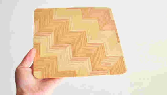 岐阜県中津川で作られる天然の国産材・長良杉のスクエアプレートです。木の年輪を生かした遊びごころのあるデザイン、そして薄さと軽さも抜群。