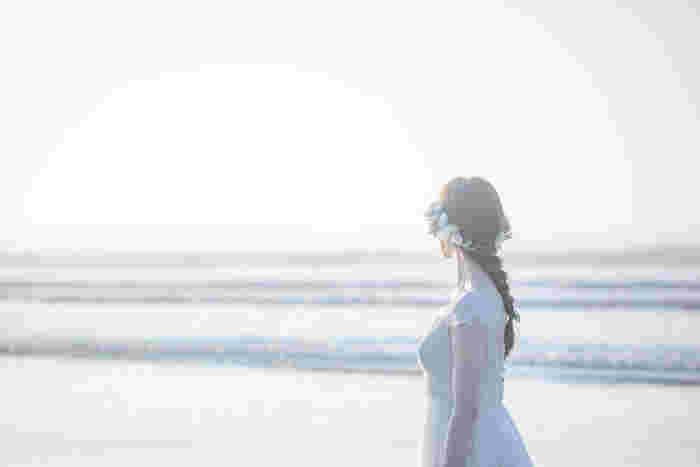 着たとたんに、その人の持つ美しさを引き出し、輝かせてくれる「Maison SUZU(メゾンスズ)」のドレス。 素敵なウェディングドレスはたくさんありますが、実際に着られるのは一着だけ。Maison SUZUで人生最高の一日に纏うドレスを選んでみてはいかがでしょうか?