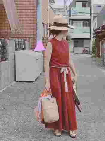 夏のお出かけにピッタリのロング丈ワンピース。テラコッタは、カジュアルや上品なコーディネートにも合わせやすいので、アウトドアに、旅行にと幅広く活躍してくれますね。合わせるものを変えたら着こなしがガラリと変わりそうです。