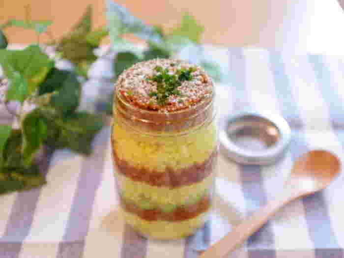 ターメリックライスと根菜いっぱいのドライカレーを段々に重ねて、途中、枝豆を入れてさらに彩り美しく・・・。小さめのガラス・ジャーに作っておつまみ感覚でもいいですね♪