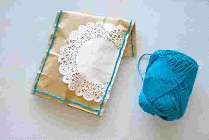 クラフト紙を毛糸などでちくちく縫えば、一転!ハンドメイド感あふれるおしゃれなラッピングに。  袋にして、さらにレースペーパーなどでアクセントをつけるとガーリーな印象になりますね。