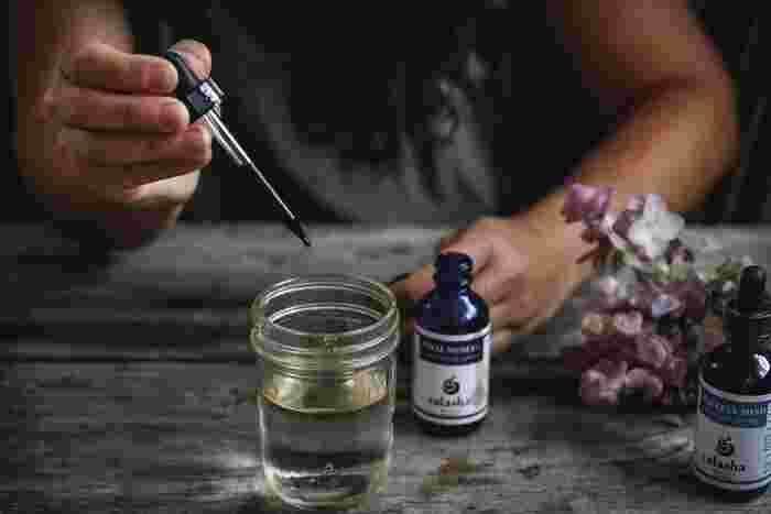 【作り方】  1・ガラス瓶に無水エタノールを入れる。 2・アロマオイル(精油)を加える 3・リードスティック(もしくは竹串)を数本差し込む  とっても簡単です!好きなアロマオイルはもちろん、中途半端に残ってしまったオイルや香水も利用できます。