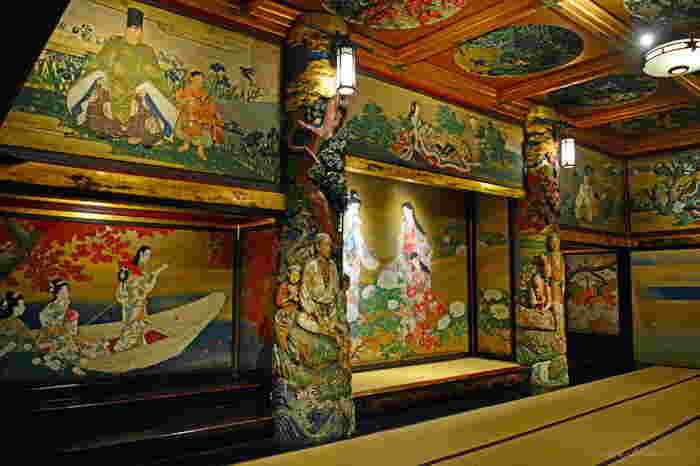 「百段階段」には7つの部屋があり、建築当初は結婚式場として宴が開かれていました。こちらの「漁樵の間」は、すべて純金箔、純金泥、純金砂子で仕上げられ、まさに絢爛豪華。千と千尋の神隠しの「油屋」のひと部屋のような雰囲気を感じます。