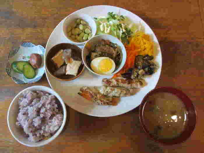 「今日のご飯プレート」は、その名の通り日によってメニューが変わる日替わりご飯。手作り料理とスイーツなど、日替わりのカフェが各自自慢のメニューを用意してくれるのです。食べる人の健康を考えて丁寧にヘルシーに作られた家庭料理のようなランチは、目と舌の両方で楽しめます。その他、シフォンケーキなども人気です。
