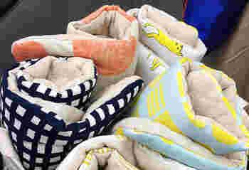 広げると50cm×30cmと小ぶりなのに中綿入りでお尻が痛くなりにくい小座布団。くるくる巻いてかわいいリボンで結ぶとコンパクトにまとまり持ち運びに便利です。家の中でも外でも使えます。