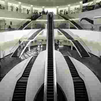 入口が3階にあり、展示を見るには長い長いエレベーターで一度最下層まで降り、自分が地下から発掘されるような感覚で上がっていくという、ちょっとユニークな順路。実はこの建物も、東京の国立新美術館と同じく黒川紀章氏の設計です。