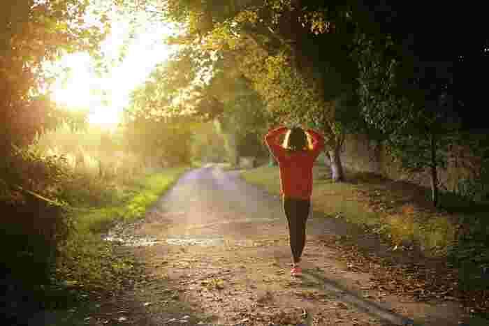 まずは早起きから始めてみましょう。起床時間を一定にすることがポイントです。冬に始めるより、日の出が早い夏に始めると継続しやすいのでおすすめです。早起きをしたら散歩にでかけてみましょう。朝の澄んだ空気を感じながら行う散歩は、高いリフレッシュ効果が期待できます。