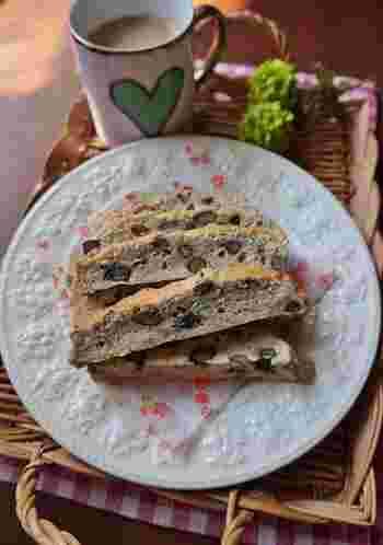 黒豆煮とくるみを使ったビスコッティは、優しい甘さの素朴なおいしさ。体にも良さそう。黒豆煮は、市販のものを使うと便利ですね。