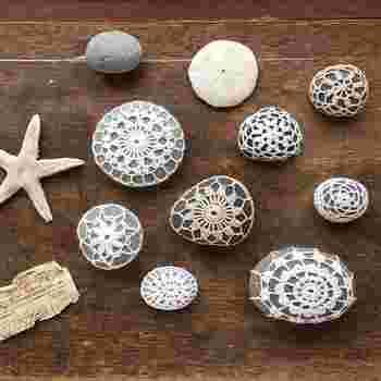 クロッシェレースで包まれた石たちはマリンテイストと相性バッチリ。