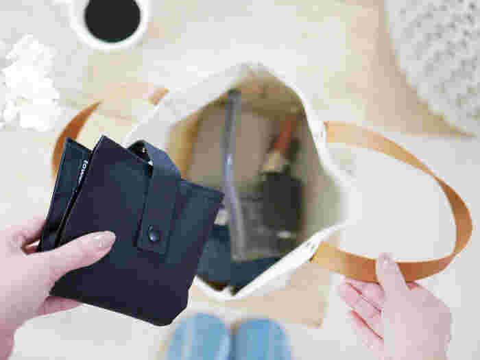 残数が少ないときや、使い切ってしまった際は、さらに折りたたんでコンパクトに。逆に使用済みのものを入れても、鞄の中で散乱しないので衛生的。花粉やウイルスに悩まされる時期には心強いアイテムです。