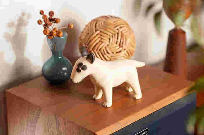 ぶちの模様に短いしっぽ、ずんぐりとした胴体・・・ブルテリアの特徴がよく伝わるオブジェです。犬好きの方は思わず手に取りたくなる?