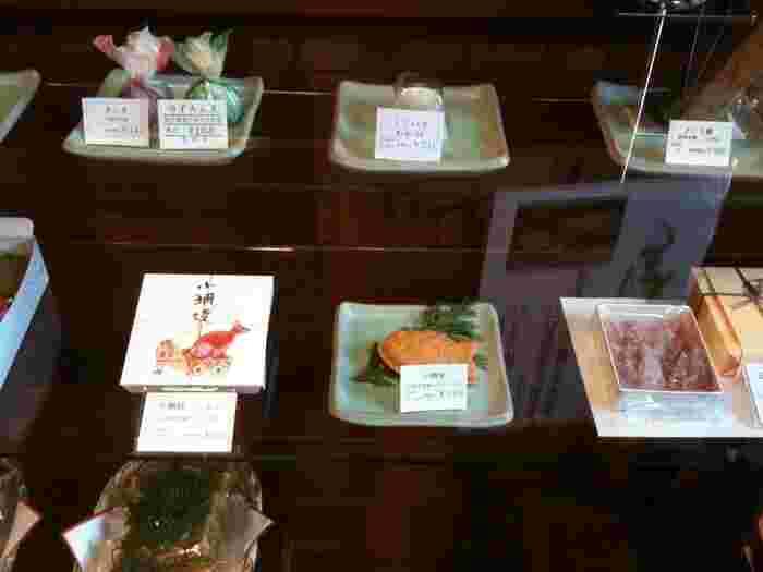 """寛永寺が在する""""上野桜木""""のしっとりと風情を味わうのなら「桃林堂 上野店」もお勧めの立ち寄りスポットです。 「桃林堂」は、大阪に本社、青山に本店がある和菓子店で、季節の野菜や果物を砂糖菓子に仕立てた『五智果(ごちか)』と、鯛焼きを模した『小鯛焼』で良く知られています。  【画像は、店内ショーケース。真ん中が『子鯛焼』、右隣が『五智果』の一種。他にも、棹菓子や焼き菓子、水菓子等様々な菓子が並び、種類豊富。】"""