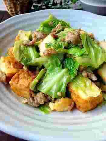 豚ひき肉×キャベツに厚揚げを加えることで、食べ応えたっぷりに♪厚揚げは水分を抜いているため、たんぱく質・ミネラル・カルシウムなどの栄養素がギュッと凝縮されています。  満腹感が高く身近な食材だけで作れるので、節約料理としても重宝します。